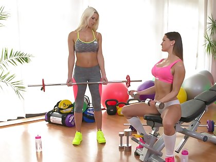Free and easy cougar gets intimate with younger babe down at the gym