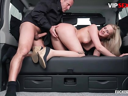 Chauffeur chafes milf client's pussy w hard load of shit