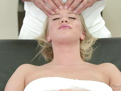 Masseur fucks mouth and pussy of sex-appeal client cosset Bailey Brooke